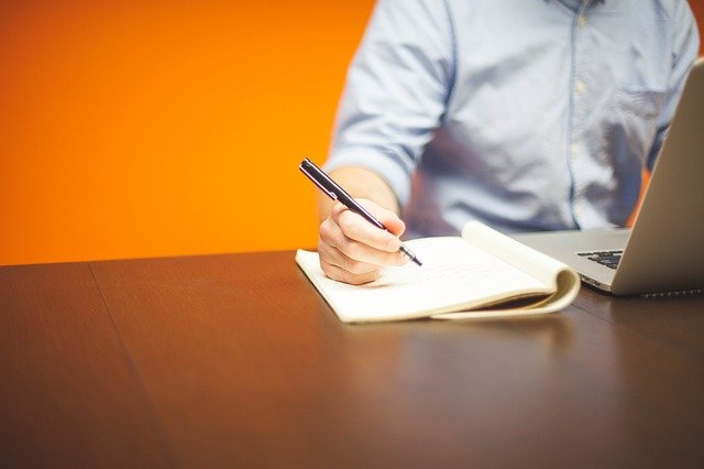 pan z długopisem w firmie